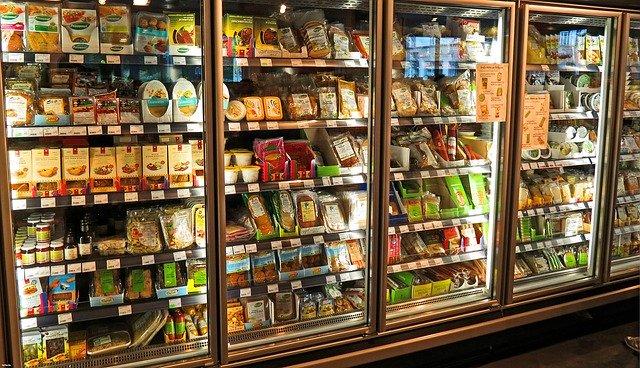 lednice plná potravin v supermarketu
