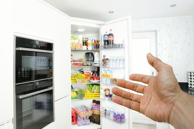 ruka a otevřena lednice