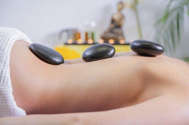 Lávové kameny jsou oblíbeným způsobem masáže
