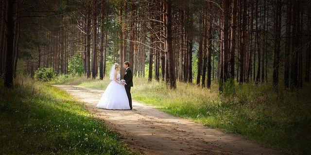 nevěsta a ženich stojí v přírodě