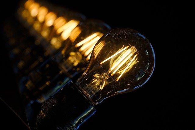 rozsvícená klasická žárovka