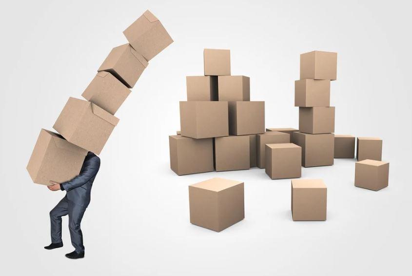 muž s krabicemi